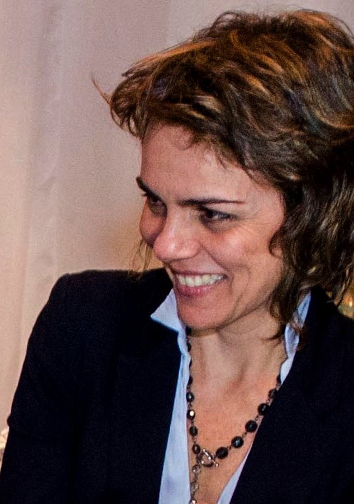 Eveline Costa, diretoraCADA VEZ MAIS LONGE